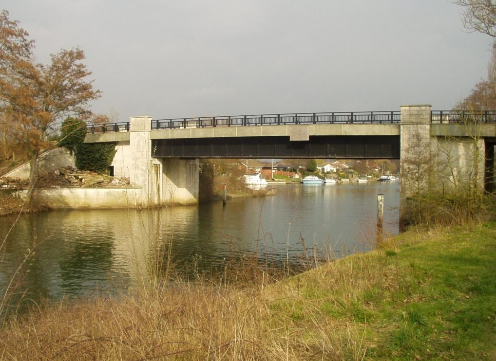 Bridge that connects the Surrey bank of the Thames to Desborough Island